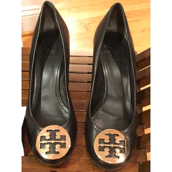 837651ea11a088 TORY BURCH SALLY BLACK GOLD LOGO WEDGE PUMPS 8.5. M 5b94d74404e33da2fd7ff634